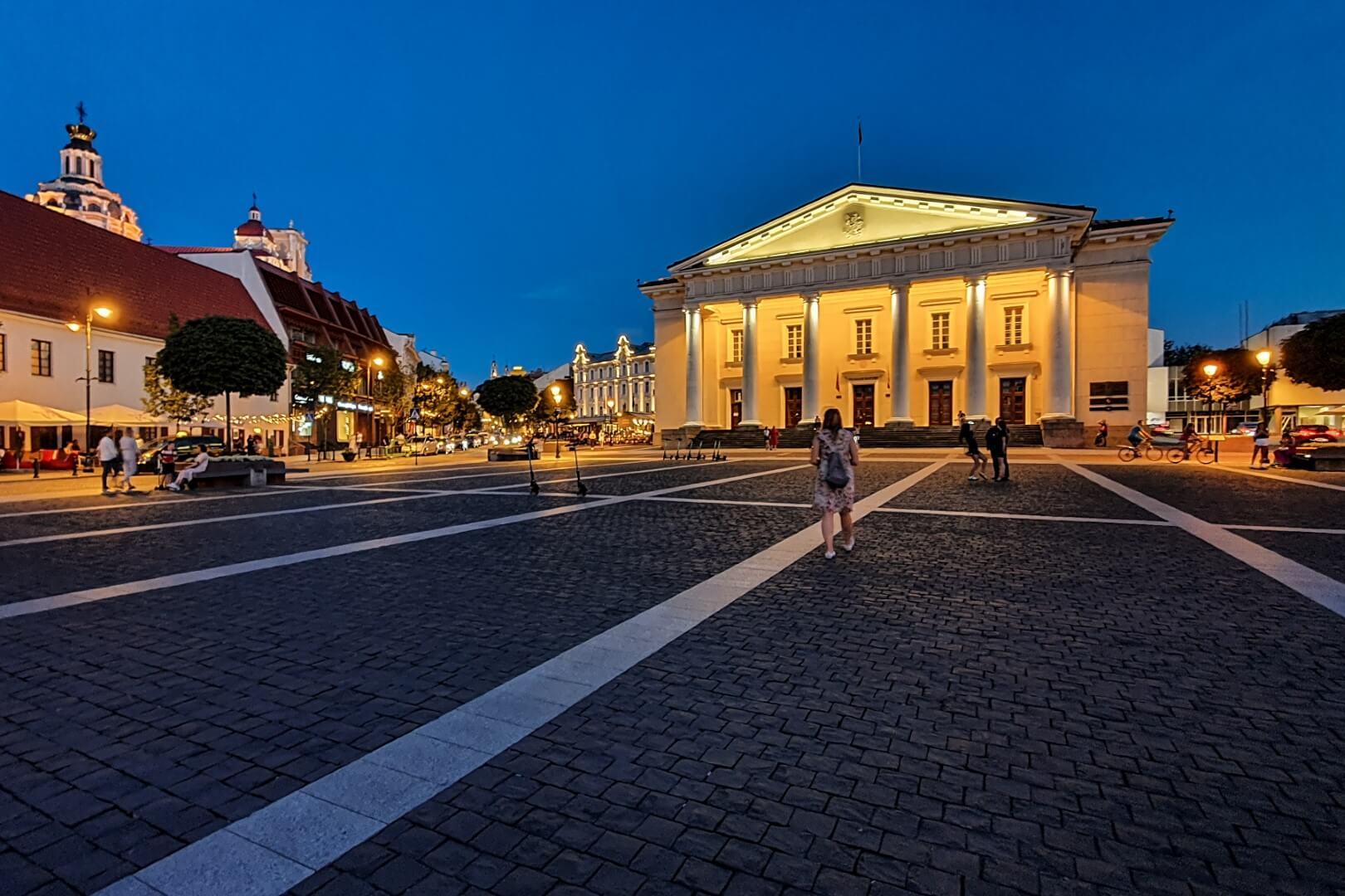 Oświetlony ratusz w Wilnie.