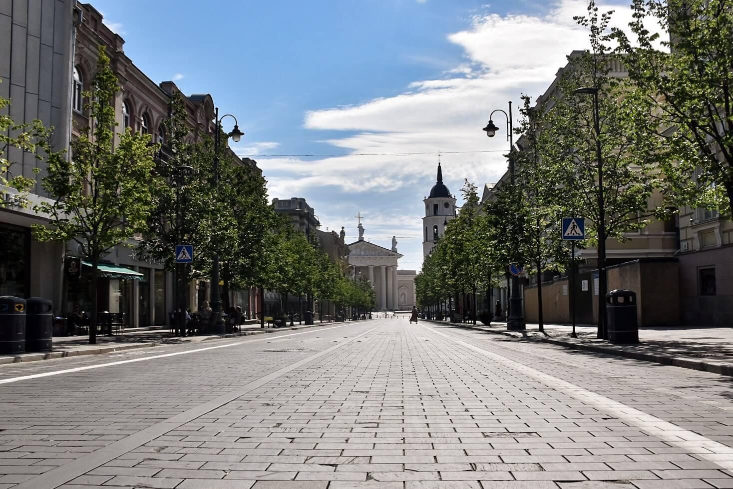 Pusta ulica Wilna, w tle archikatedra.