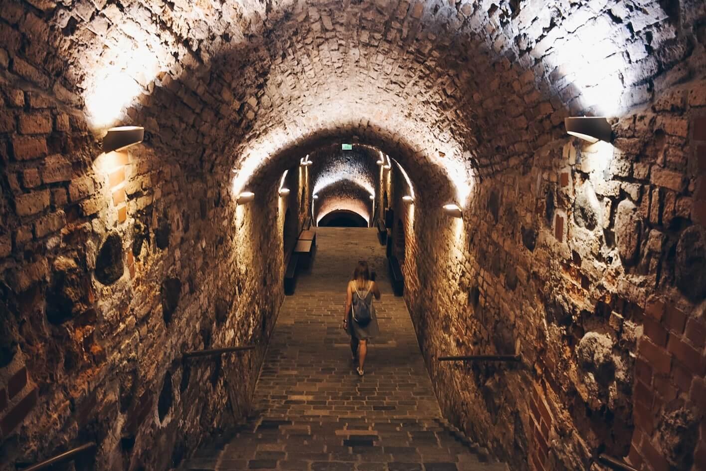 Dziewczyna w podziemiach Bastei w Wilnie.