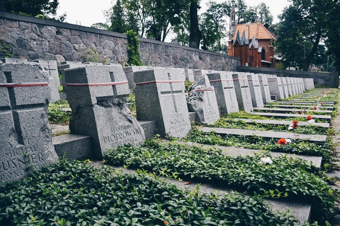 Nagrobki polskich żołnierzy na cmentarzu na Rossie.