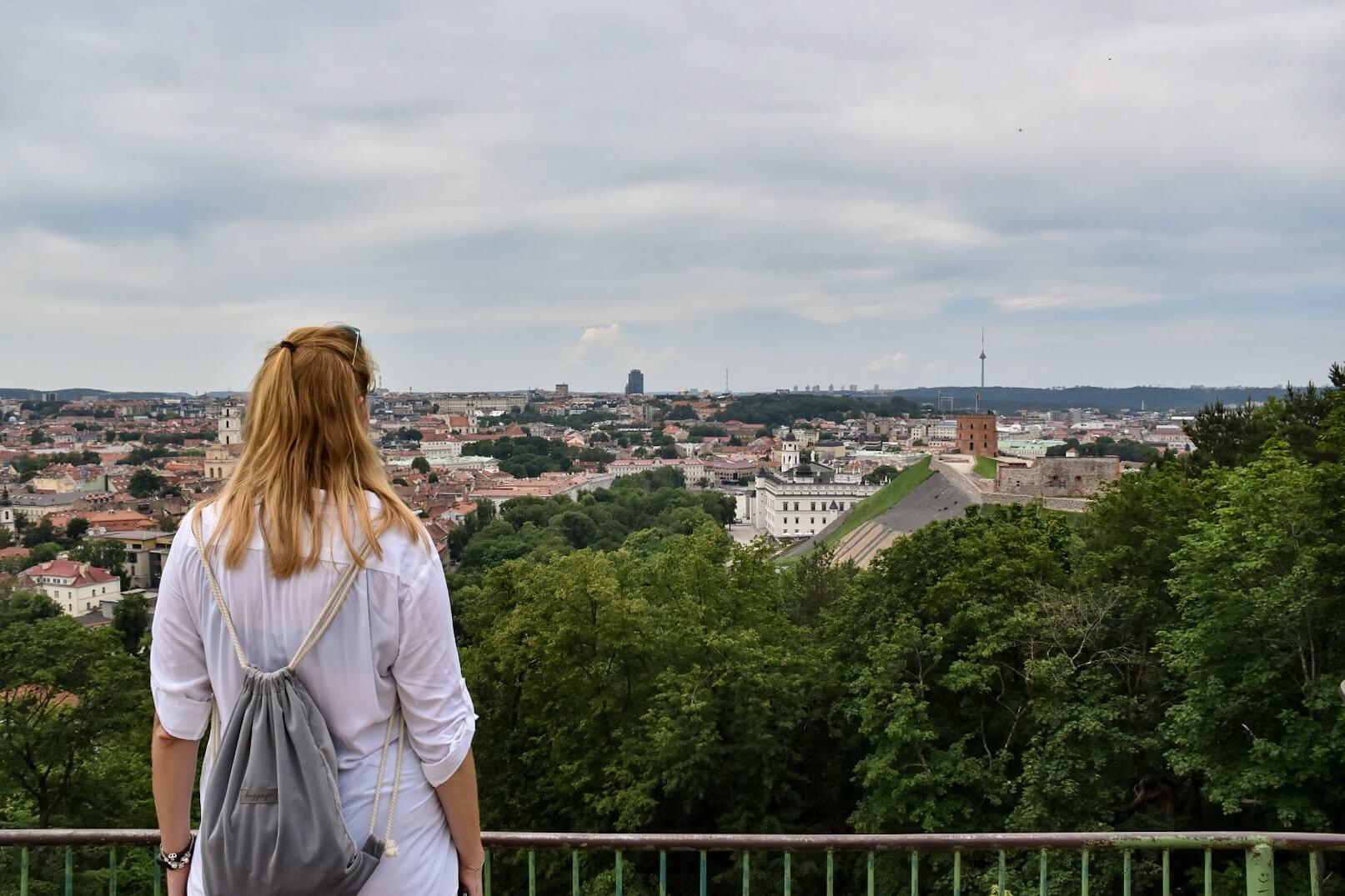 Dziewczyna podziwia panoramę Wilna.