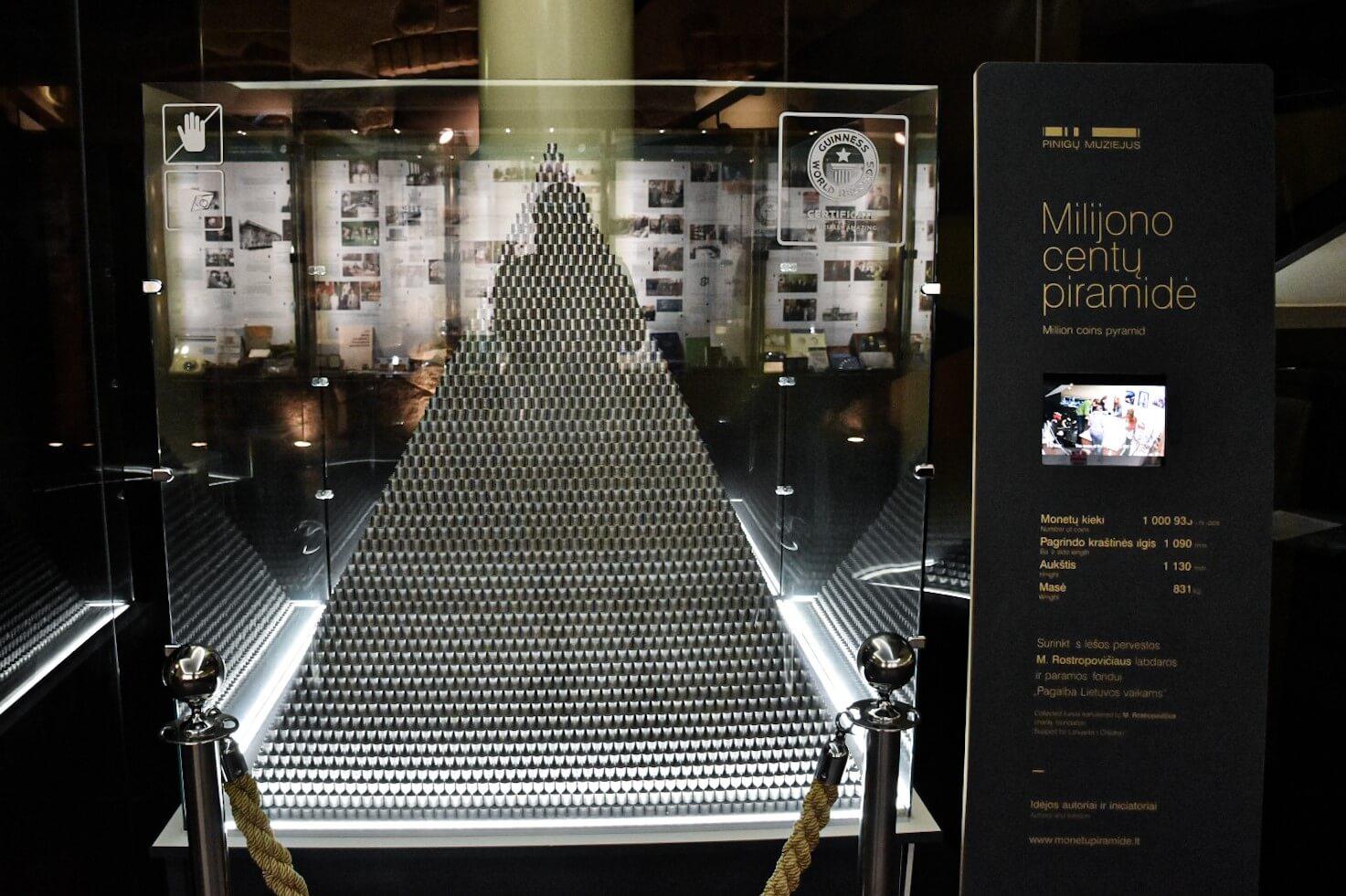 Piramida z ponad miliona monet w Muzeum Pieniądza Banku Litewskiego, Wilno.