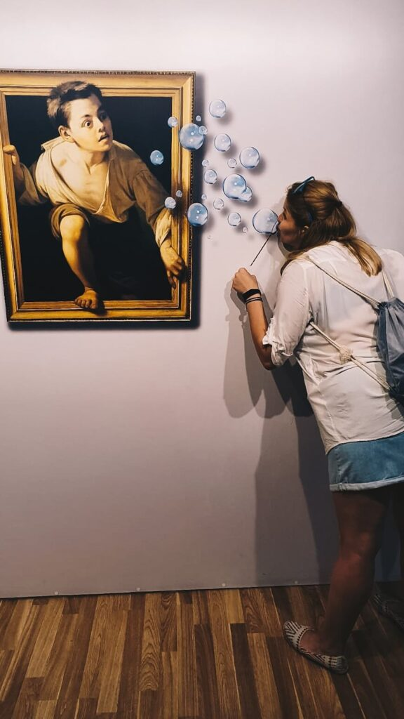 Dziewczyna w Muzeum Iluzji, Wilno.