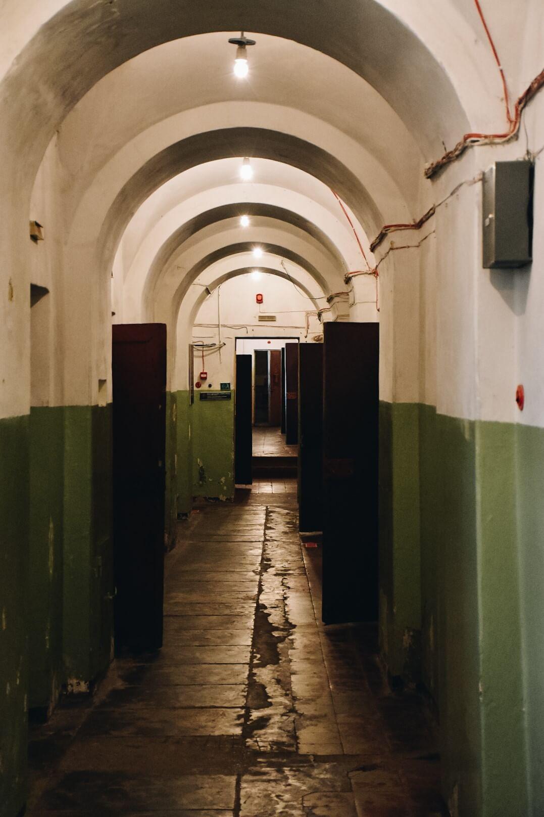 Korytarz pomiędzy celami w Muzeum Ofiar Ludobójstwa w Wilnie.