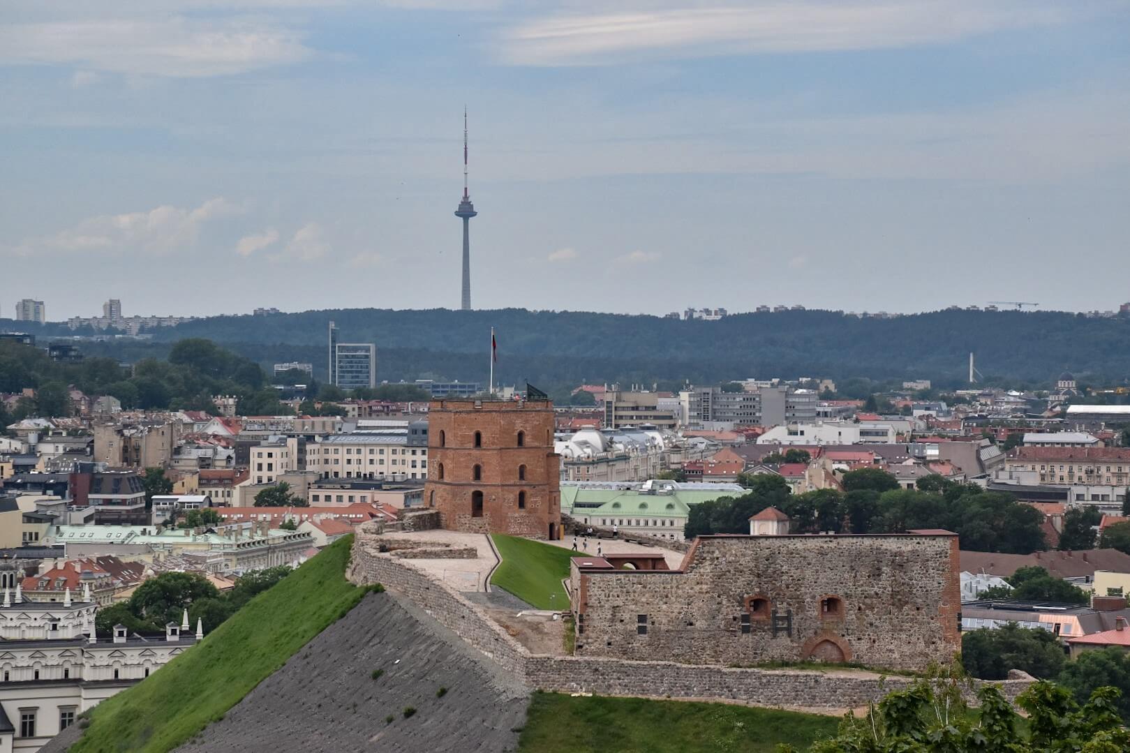 Wilno widziane z góry Trzykrzyskiej, na pierwszym planie Baszta Giedymina, w oddali wieża telewizyjna.