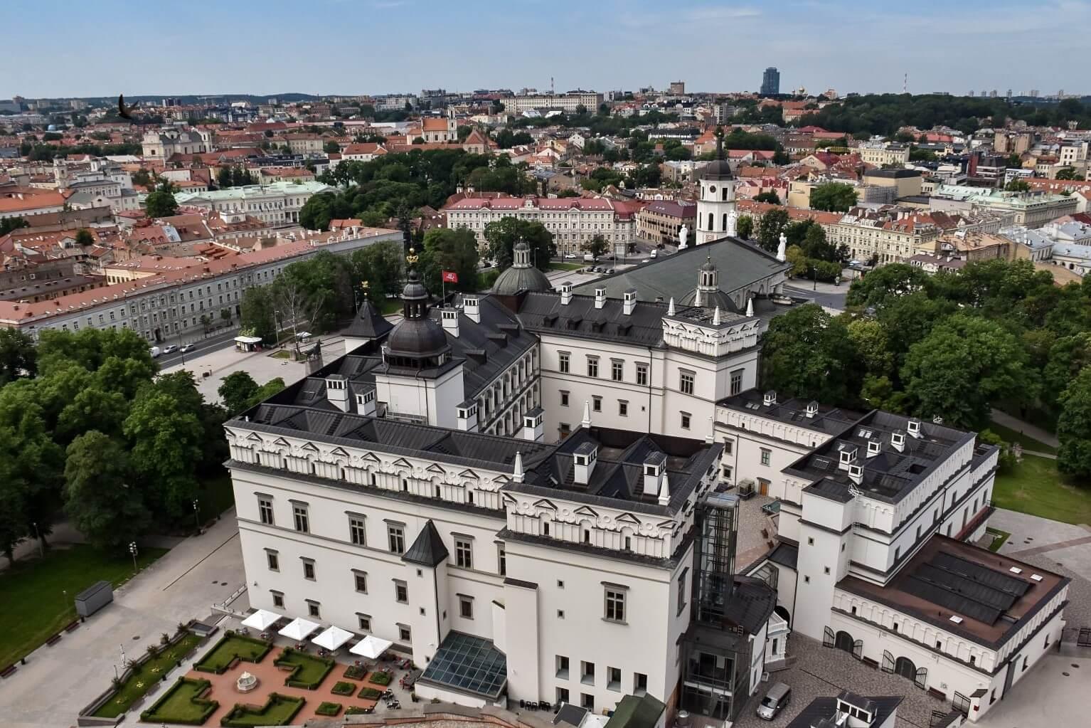 Wilno widziane z Baszty Giedymina, na pierwszym planie Muzeum Narodowe.
