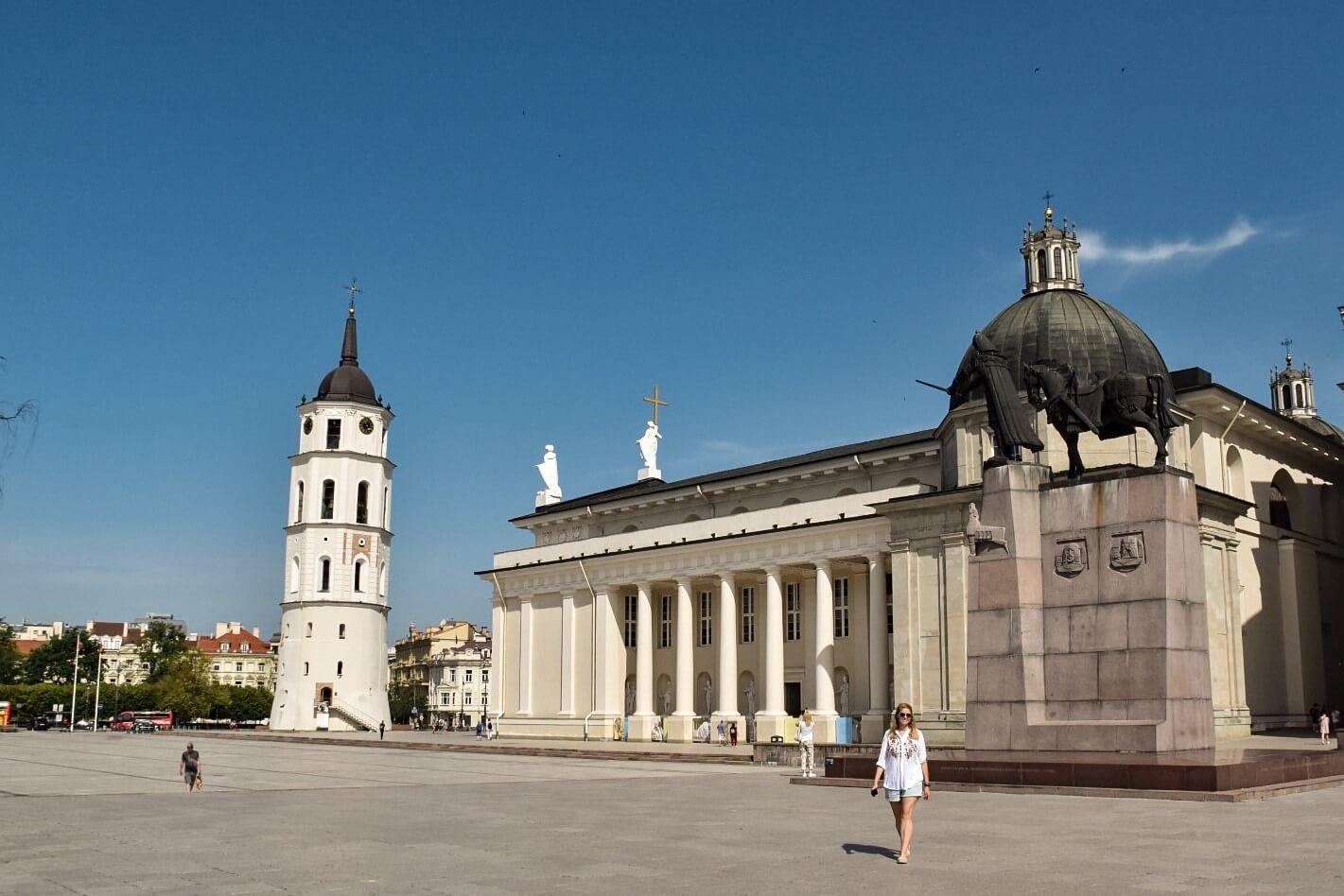Dziewczyna idąca przez Plac Katedralny w Wilnie.