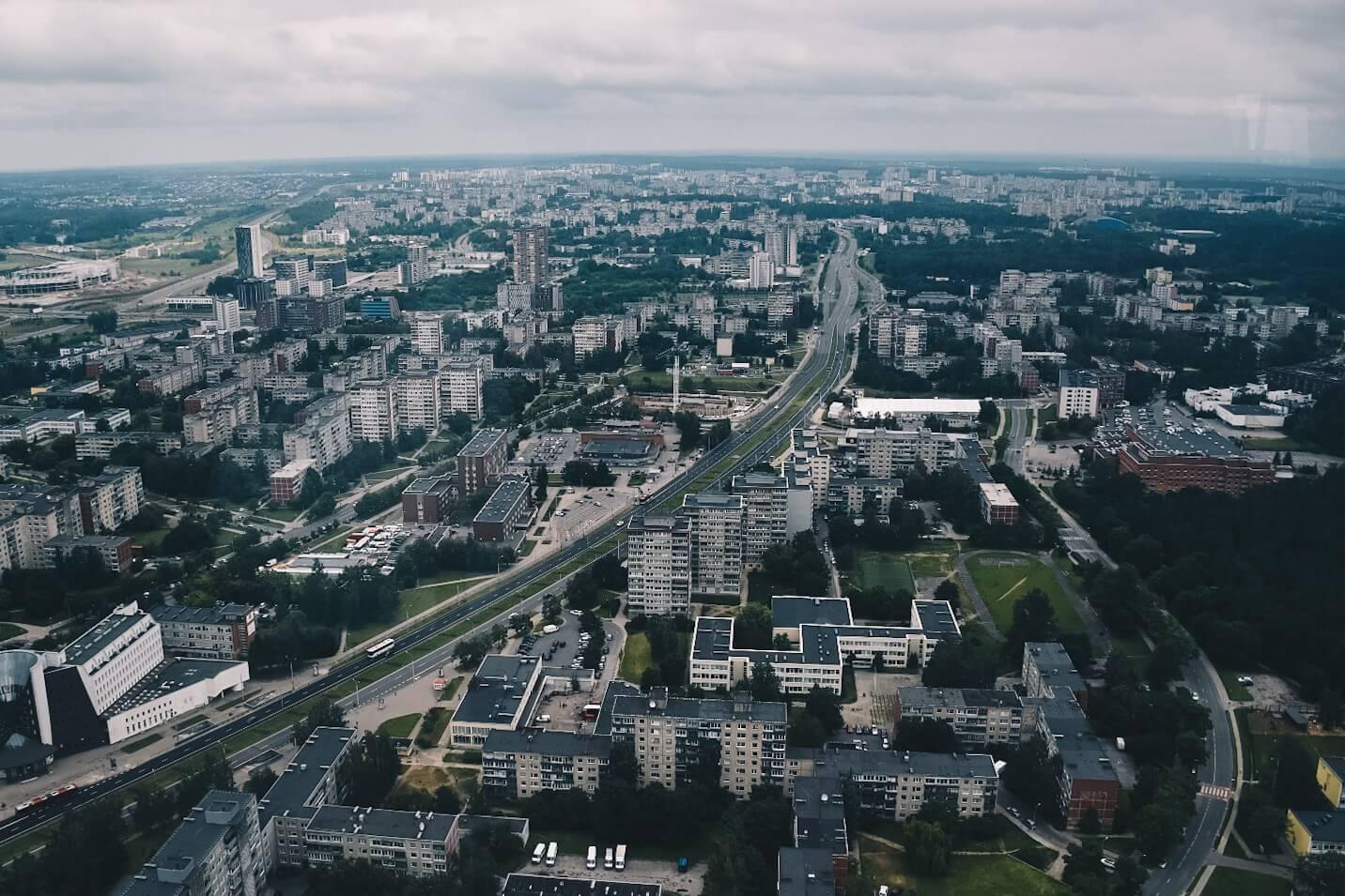 Wilno widziane z tarasu wieży telewizyjnej, szare blokowisko z wielkiej płyty przecięte ulicą