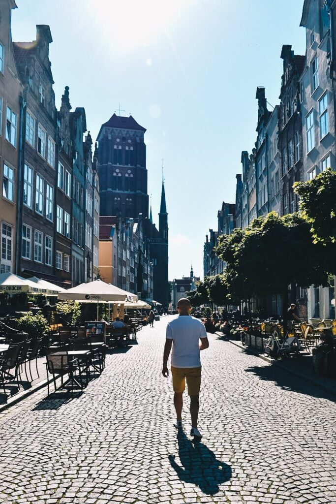 Turysta na gdańskiej uliczce.