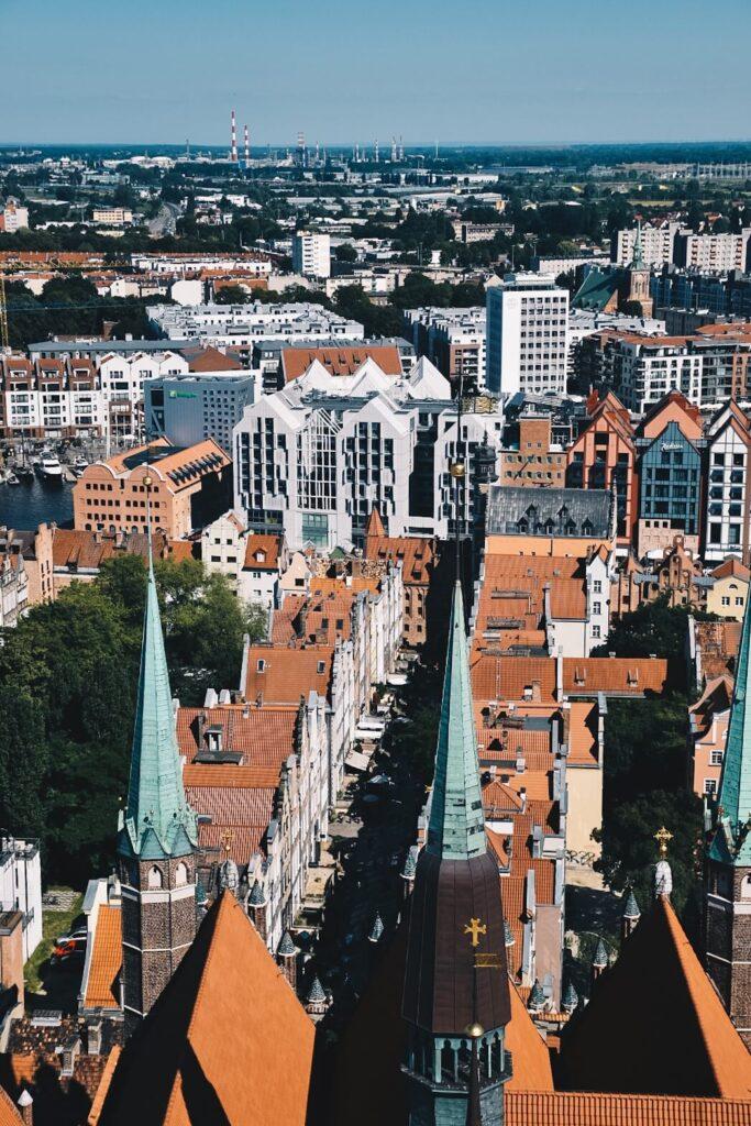 Ulica Mariacka widziana z wieży Bazyliki Mariackiej.
