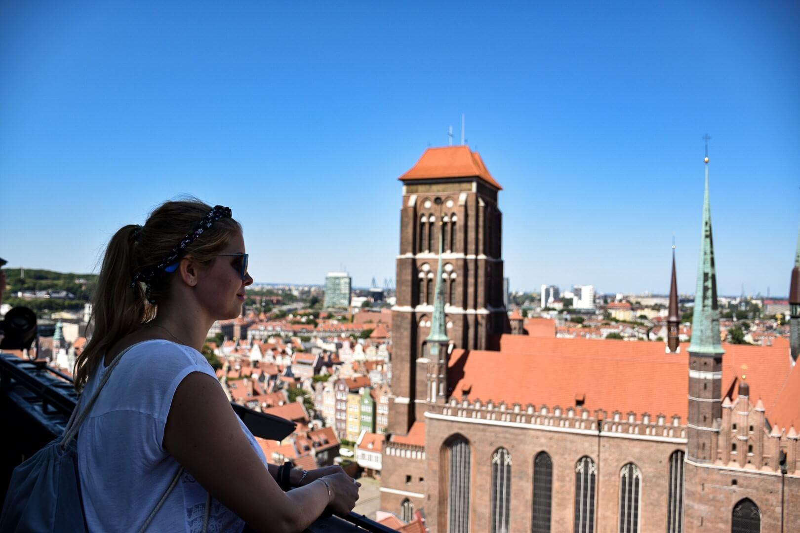 Turystka na wieży widokowej Ratusza w Gdańsku.