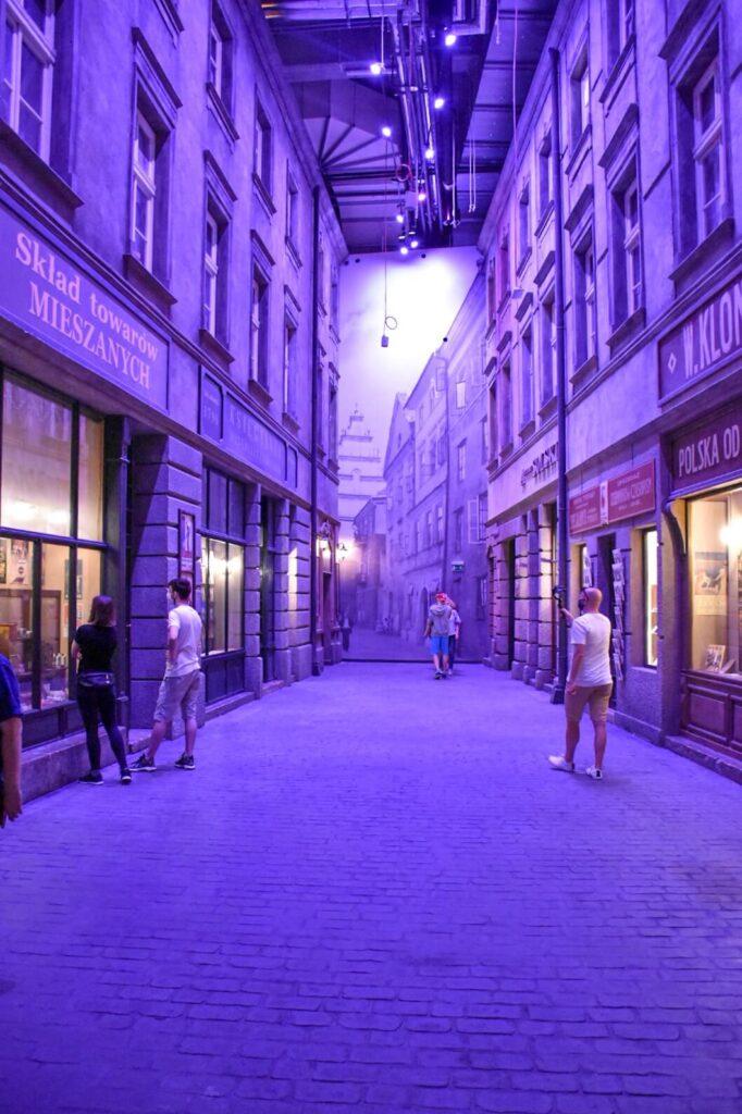 Muzeum II Wojny Światowej w Gdańsku, ulica stylizowana na lata międzywojenne.