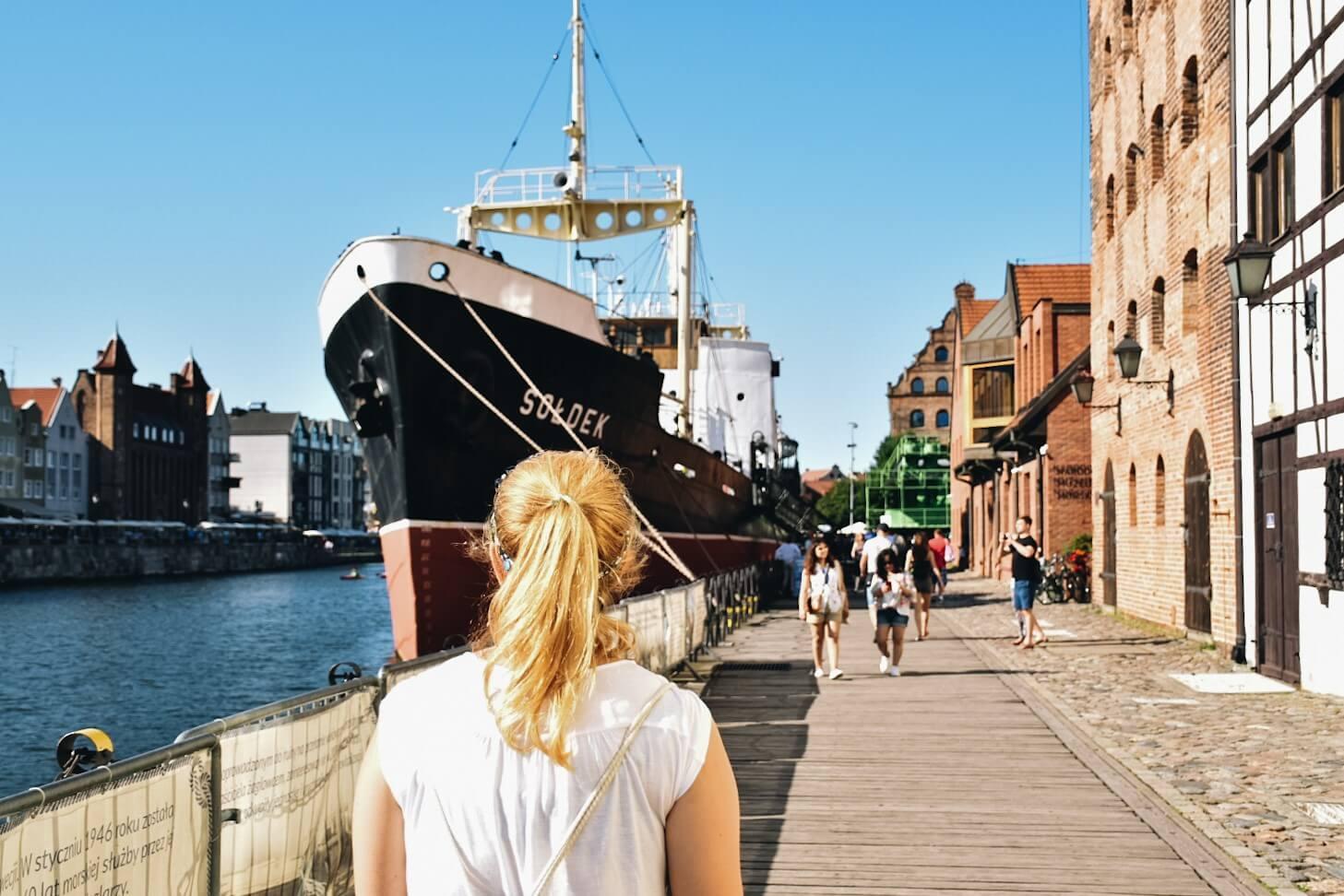 Turystka prze zabytkowym statku Sołdek Gdańsk.