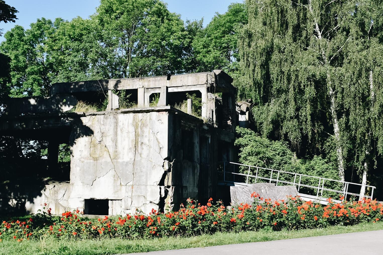 Ruiny koszar na Westerplatte.