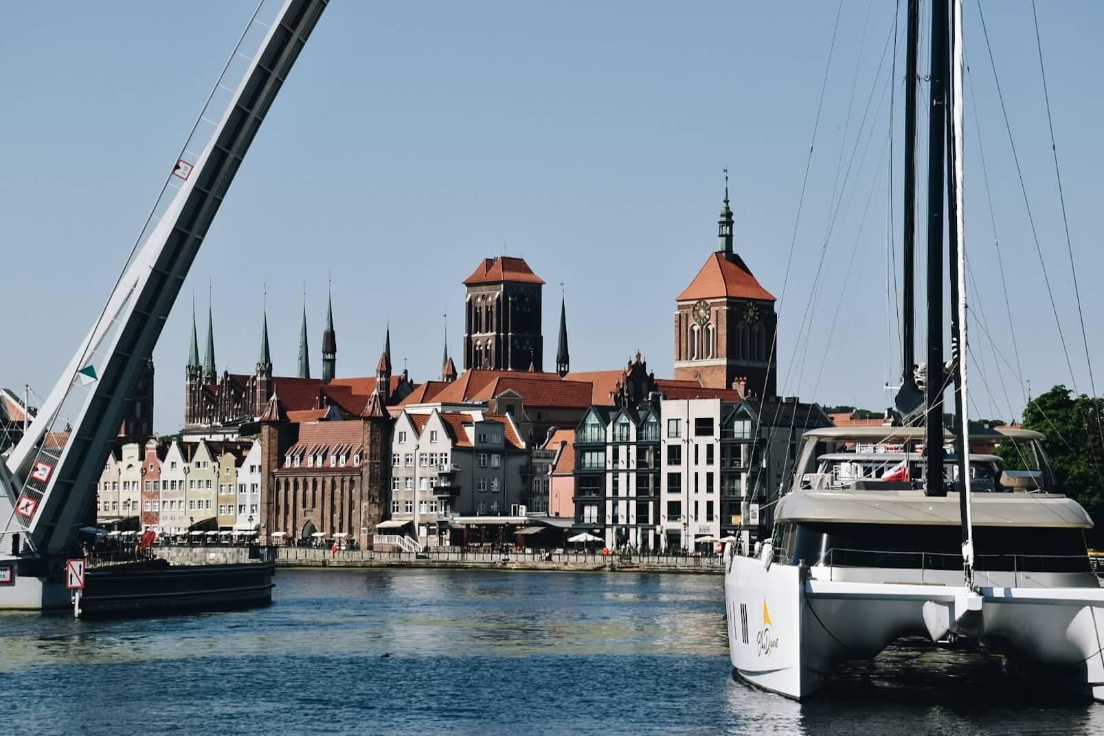 Motława przepływająca przez Gdańsk, nabrzeże miasta.