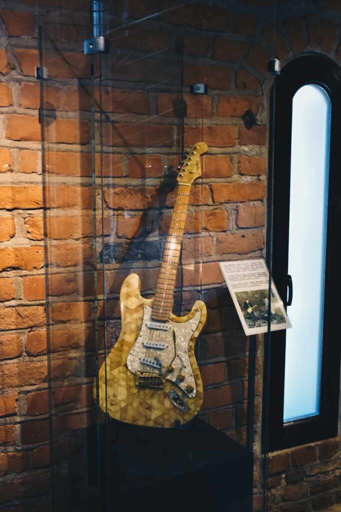 Bursztynowa gitara w muzeum.