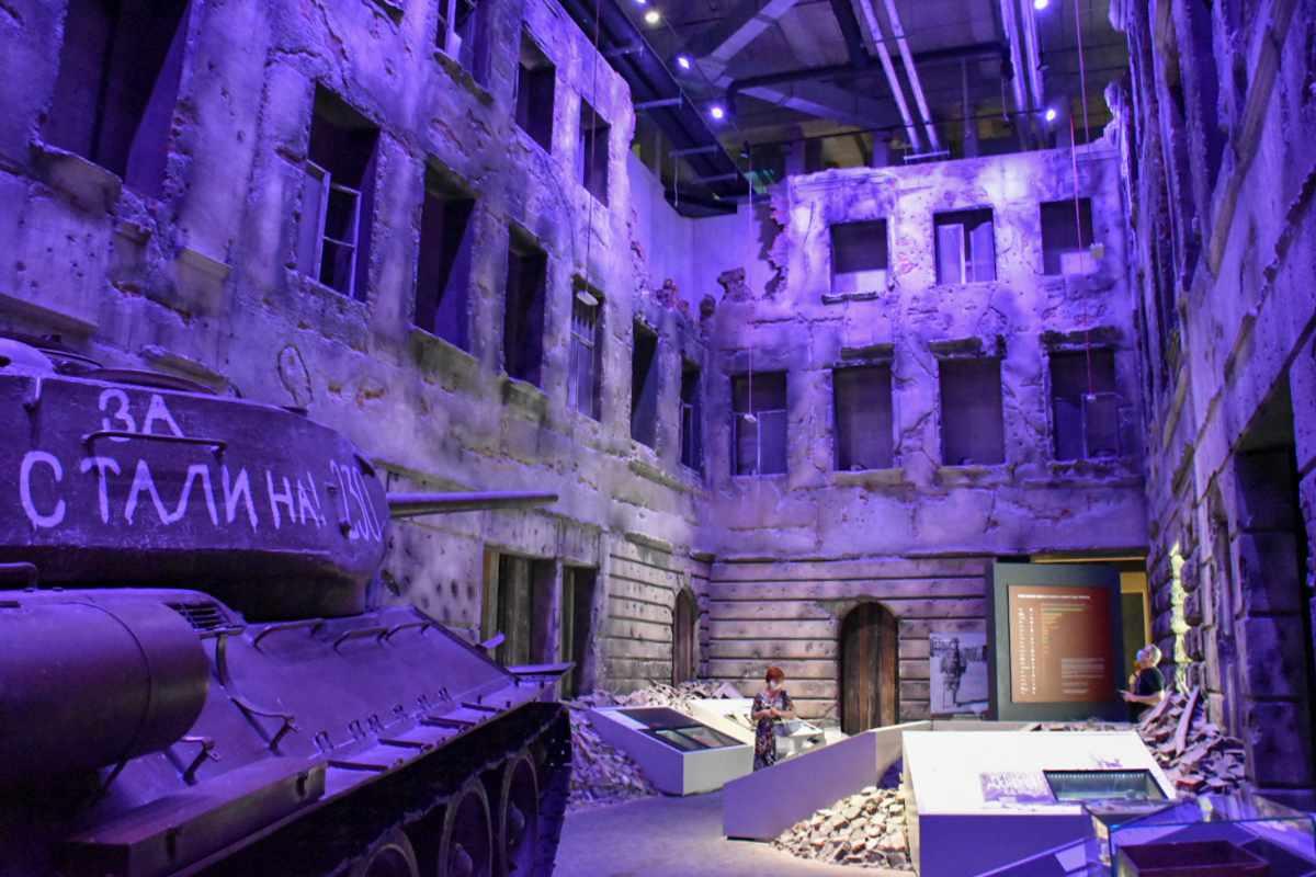 Zniszczona ulica w Muzeum II Wojny Światowej.