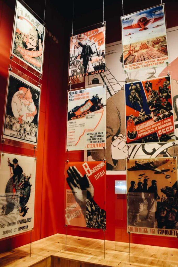Propagandowe plakaty w Muzeum II Wojny Światowej.