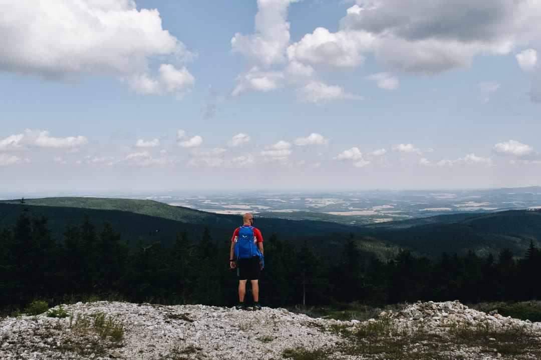 Turysta na górskim szlaku.