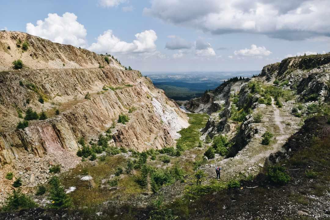 Opuszczona kopalnia kwarcu w Górach Izerskich.