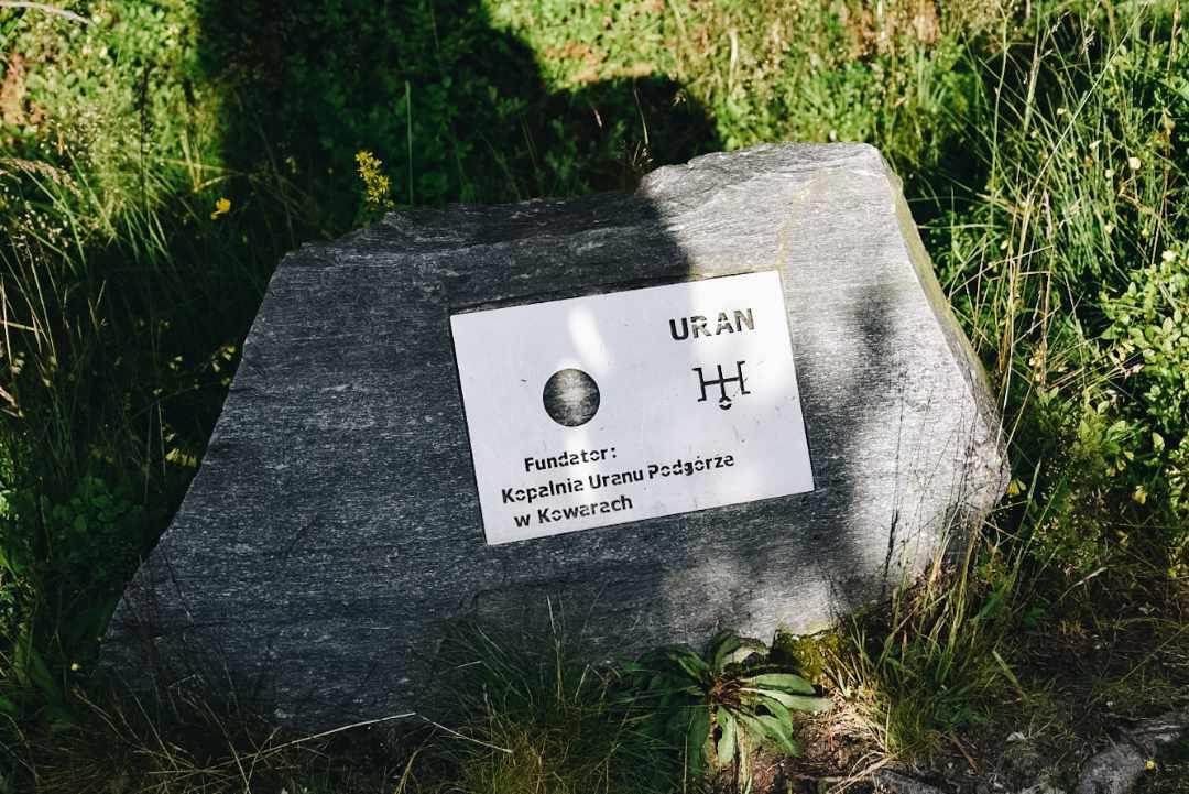 Model układu Słonecznego Góry Izerskie, kamienny symbol Urana.