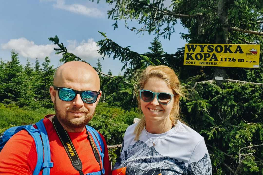 Para turystów na szczycie Wysokiej Kopy, Góry Izerskie.