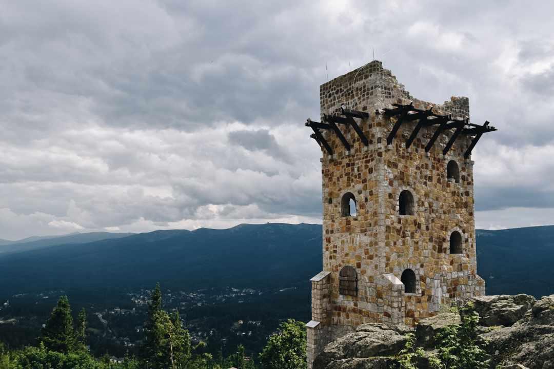 Kamienna wieża, Wysoki KAmień, Góry Izerskie, w tle Karkonosze.