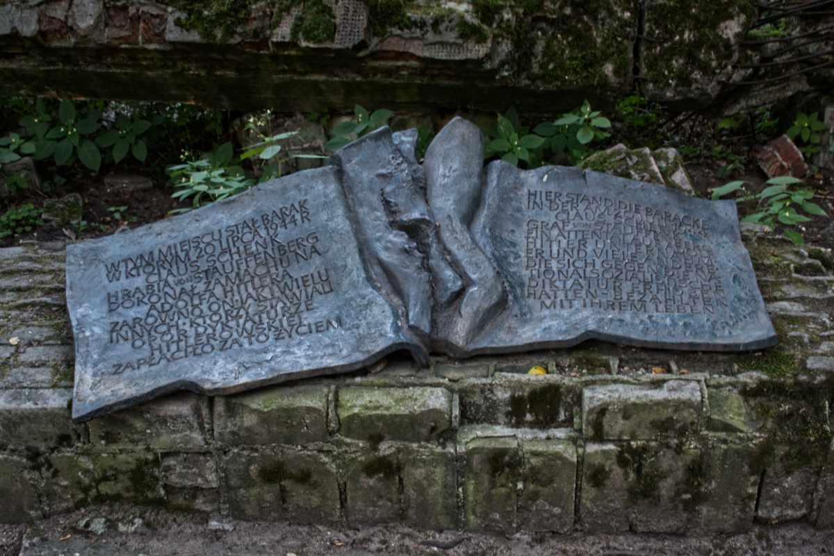 MAzury, Wilczy Szaniec, tablica upamiętniająca zamach na Hitlera.
