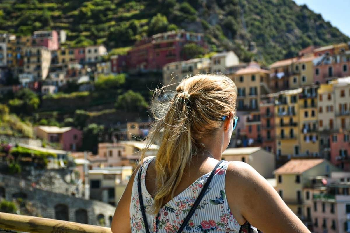 Turystka podziwiająca panoramę Cinque Terre.