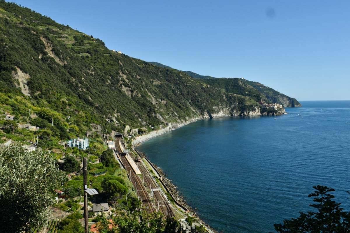 Stacja kolejowa w Cinque Terre w miasteczku Corniglia, widziana z góry z widokiem na morze. .