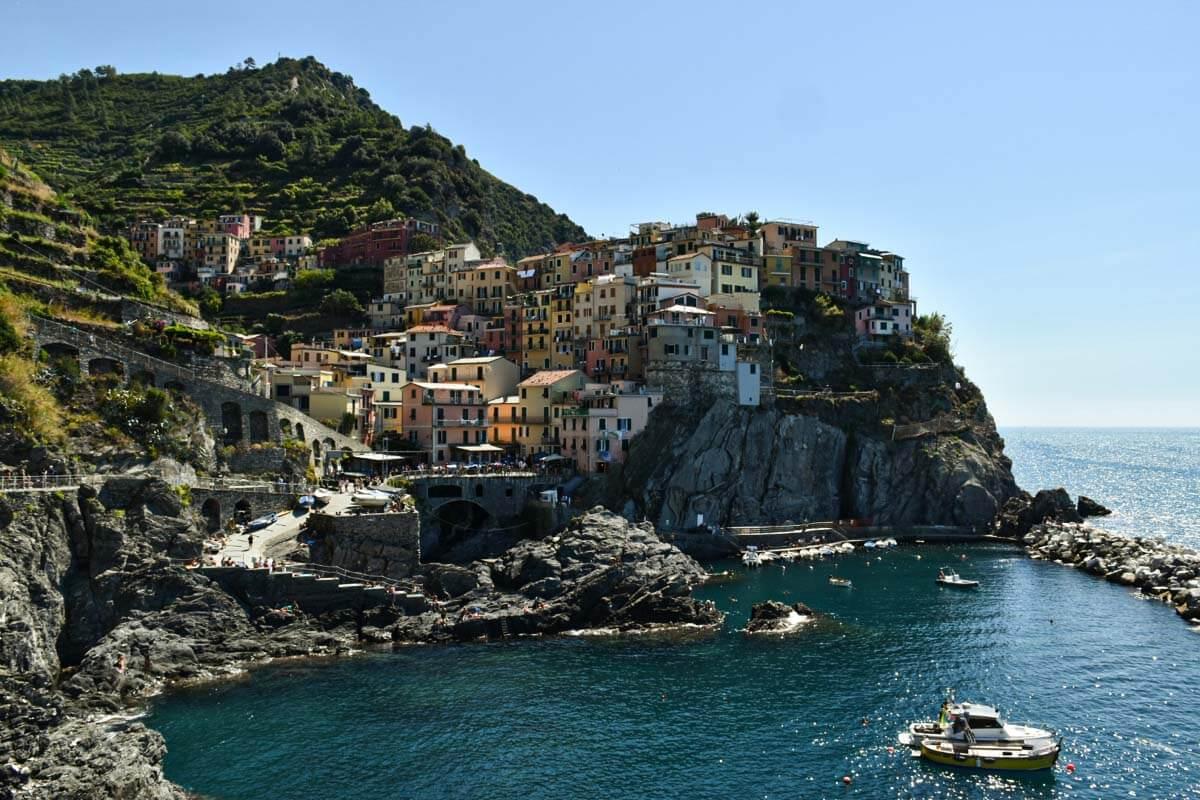 Wybrzeże Cinque Terre, kolorowe kamienica na skarpie w miasteczku Manarola.