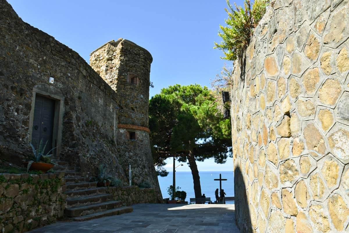 Widok na morze z miasteczka Riomaggiore.