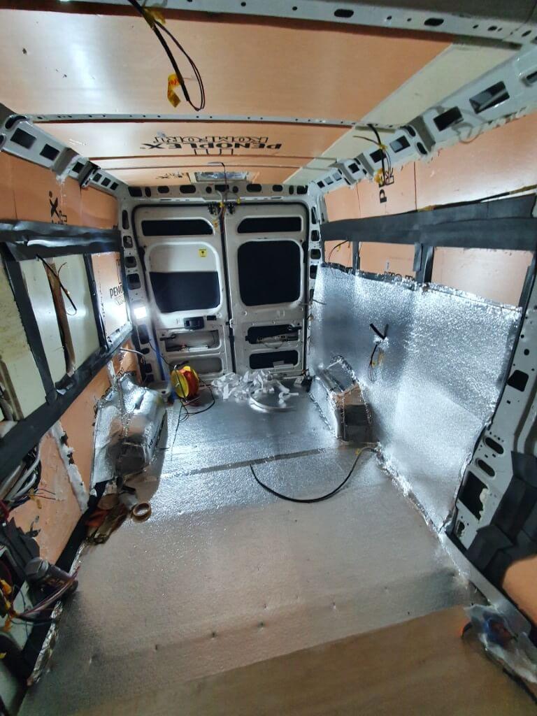 Izolacja w kamerze, wnętrze samochodu wyłożone XPS i Alufox.
