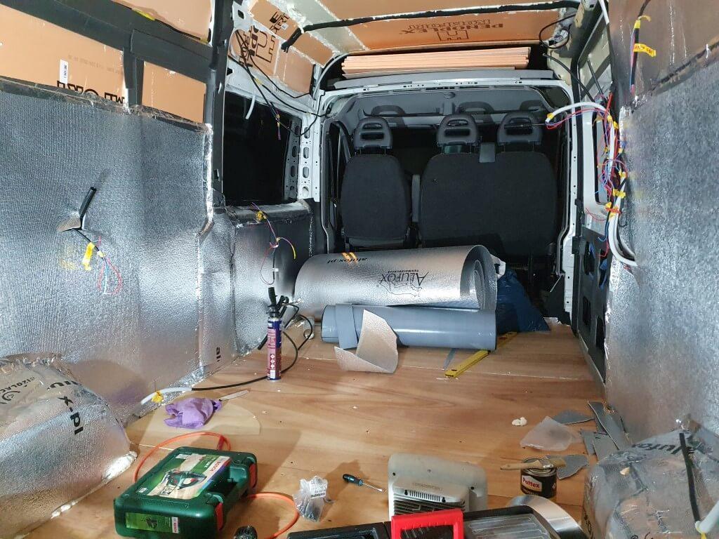 Wnętrze kamera w takcie budowy izolacji.