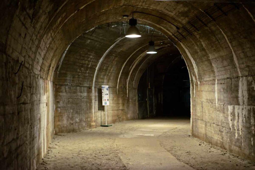 Tunel w podziemiach zamku Książ, Dolny Śląsk.