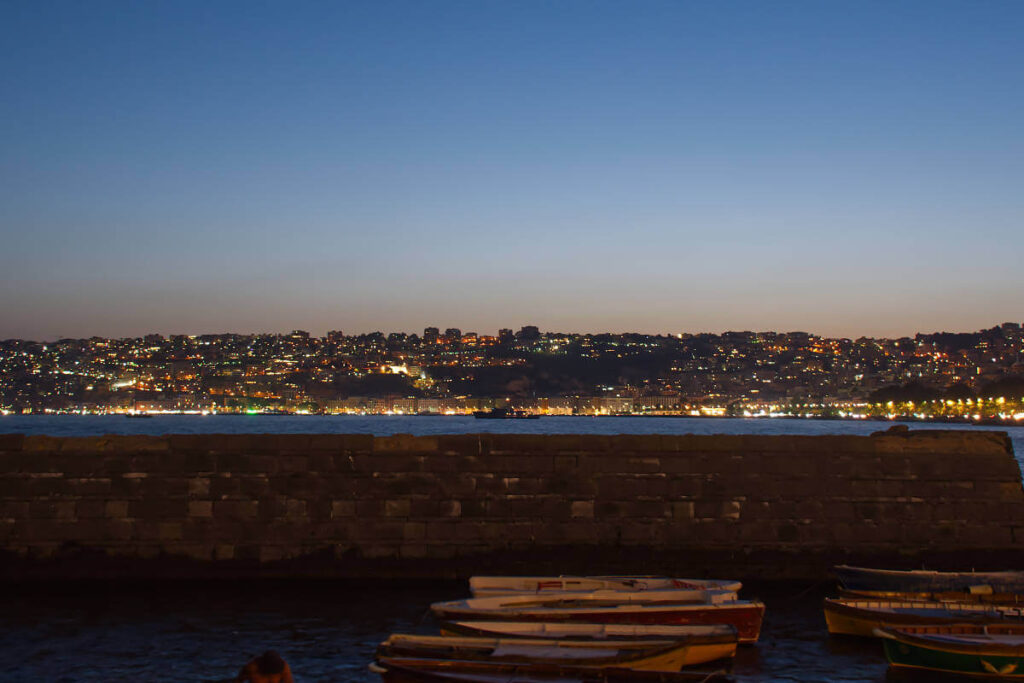 Wybrzeże Naapolu nocą.