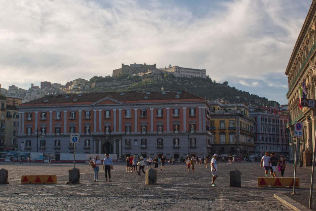 Zamek na góze w Neapolu.