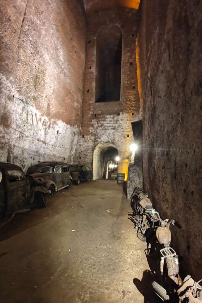 Wraki motocykli ukryte w podziemiach Neapolu.