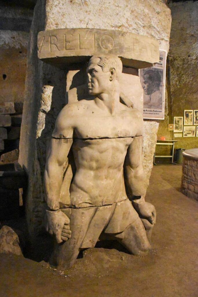 Posąg ukryty w podziemiach Neapolu.