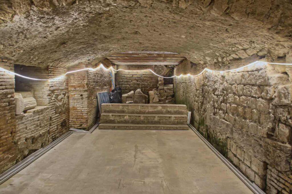 Starożytny amfiteatr ukryty w podziemiach Neapolu.