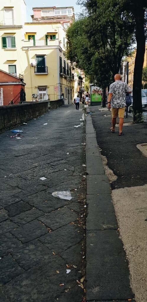 Śmieci na ulicy w Neapolu.