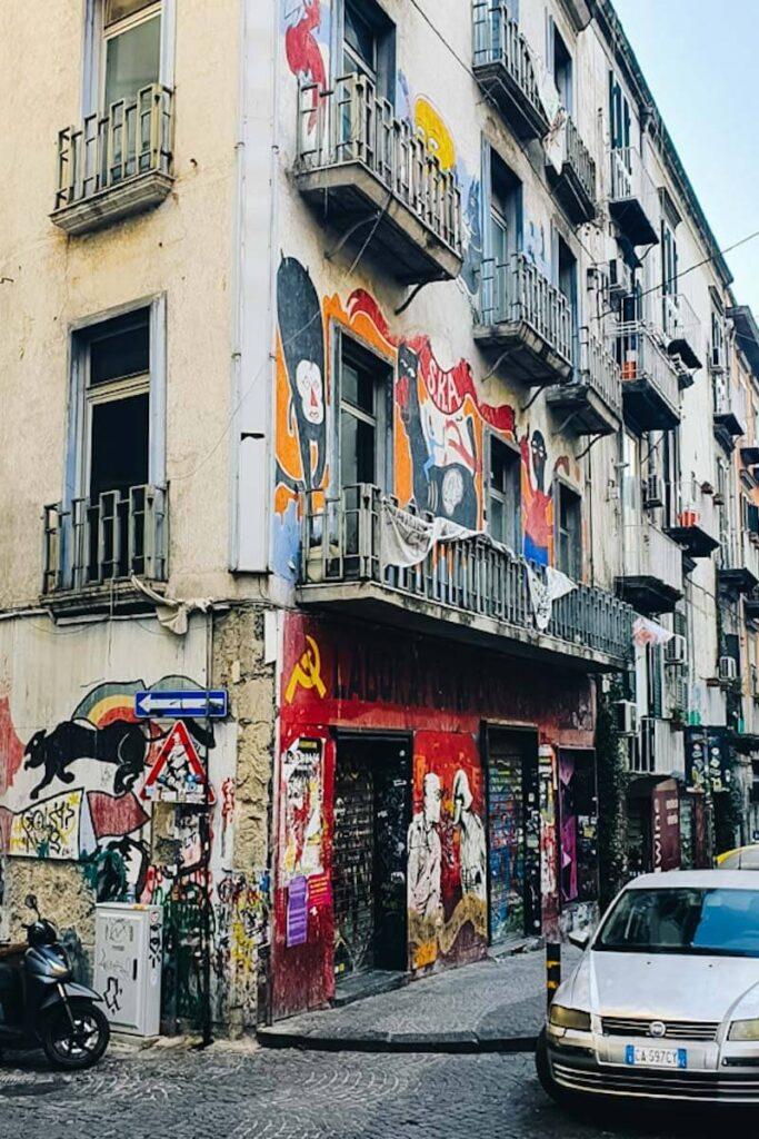 Pomalowana kamienica w Neapolu.