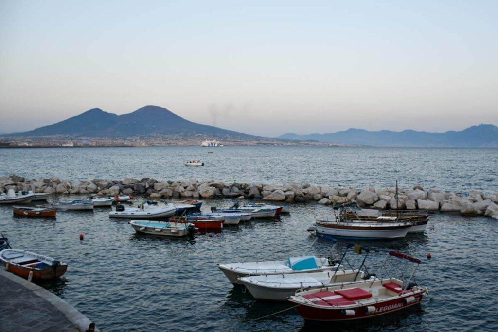 Wybrzeże Neapolu i Wezuwiusz.