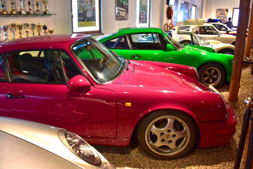Samochody Porsche w muzeum.