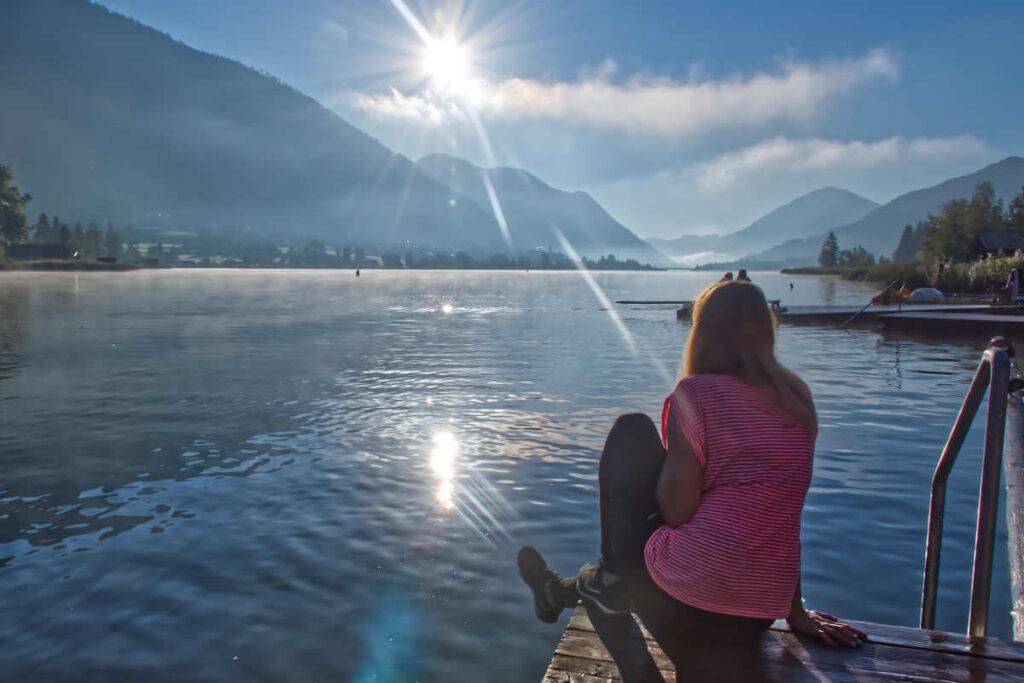Widok na jezioro Wiesensee., dziewczyna siedząca na pomoście