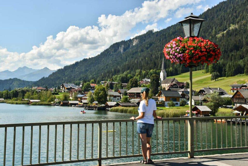 Widok na jezioro Wiesensee i miasteczko austriackie.